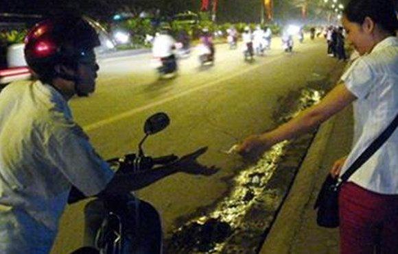 Xin tiền đổ xăng giữa đường ở Sài Gòn.